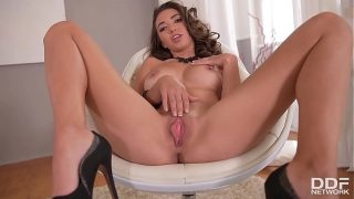 Enjoy the sensual striptease & masturbation of Frida Sante